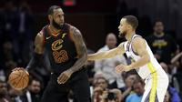 LeBron James berduel dengan Stephen Curry (AP)