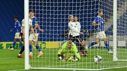 Striker Brighton, Viktor Gyokeres, saat mencetak gol ke gawang Portsmouth pada laga Piala Inggris di Falmer Stadium, Jumat (18/9/2020) dini hari WIB. Brighton menang 4-0 atas Portsmouth. (AFP/Glyn Kirk/pool)