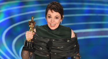 Olivia Colman memberikan pidato kemenangan di atas panggung perhelatan Oscar 2019 di Dolby Theatre, Los Angeles, Minggu (24/2). Olivia Colman meraih piala Oscar 2019 sebagai Aktris Pemeran Utama Terbaik di film The Favourite. (VALERIE MACON / AFP)