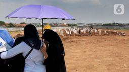 Keluarga jenazah korban COVID-19 menghadiri pemakaman di TPU Rorotan, Cilincing, Jakarta Utara, Kamis (29/4/2021). TPU Rorotan yang menjadi satu-satunya tempat pemakaman jenazah pasien COVID-19 di DKI ini dalam dua minggu terakhir mengalami penurunan intensitas pemakaman. (merdeka.com/Arie Basuki)