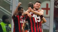 Pemain Inter Milan, Patrick Cutrone bersama rekan setimnya merayakan gol ke gawang Inter Milan pada laga perempat final Coppa Italia di San Siro, Kamis (28/12). AC Milan menang 1-0 yang ditentukan lewat gol tunggal Patrick Cutron. (AP/Antonio Calanni)