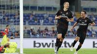 Pemain AC Milan Zlatan Ibrahimovic (kiri) merayakan dengan Giacomo Bonaventura usai mencetak gol ke gawang Lazio pada pertandingan Serie A di Olympic Stadium, Roma, Italia, Sabtu (4/7/2020). AC Milan mengalahkan Lazio dengan skor 3-0. (Spada/LaPresse via AP)