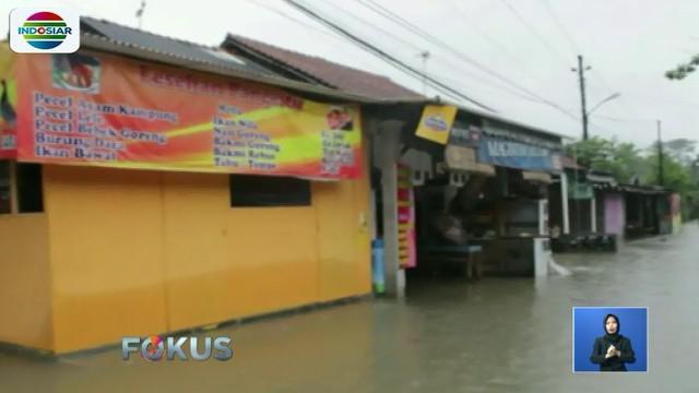 Selain hujan deras, banjir terjadi karena saluran drainase tersumbat hingga tak mampu menampung debit air.