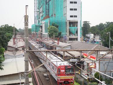 Suasana proyek pembangunan Apartemen Mahata Tanjung Barat di sekitar Stasiun Tanjung Barat, Jakarta, Kamis (30/1/2020). Apartemen Mahata Tanjung Barat dibangun di atas lahan seluas 15.244 meter persegi dan akan memiliki hunian sebanyak 1.216 unit. (Liputan6.com/Immanuel Antonius)