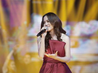 Penampilan Sheryl Sheinafia dalam acara SCTV Music Award 2018 di Studio 6 Emtek, Jakarta, Jumat (27/4). SCTV Music Awards 2018 adalah ajang penghargaan bagi para musisi tanah air. (Liputan6.com/Faizal Fanani)