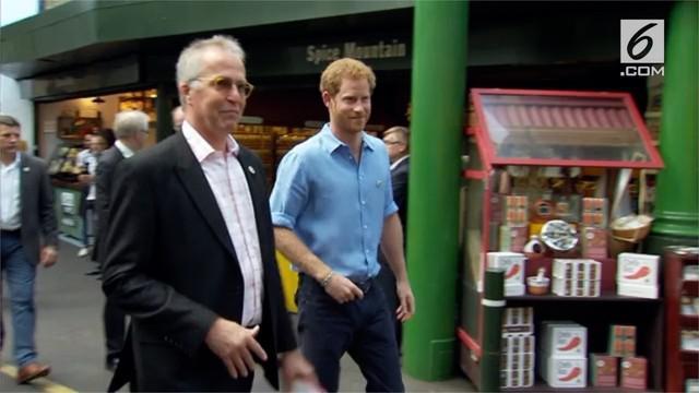 Pangeran Harry mendorong warga agar dapat kembali berbelanja di Borough Market yang secara resmi telah dibuka kembali pada 14 Juni 2017.