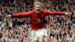 David Beckham. Telah memperkuat Manchester United dalam 389 pertandingan mulai musim 1992/1993 hingga 2002/2003. Berhasil membuat 85 gol dan 98 assist. Meraih 6 trofi Liga Inggris, 2 Piala FA, 2 Charity Shield, 1 Liga Champions dan 1 Piala Toyota. (AFP/Paul Barker)