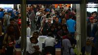 Sejumlah calon penumpang kereta api mengantre memasuki Stasiun Gambir, Jakarta, JumaKt (31/5/2019). H-5 Lebaran, pemudik mulai memadati Stasiun Gambirdimana Lonjakan penumpang kereta api tujuan berbagai kota di Pulau Jawa diprediksi terjadi pada 31 Mei dan 1 Juni 2019. (merdeka.com/Imam Buhori)