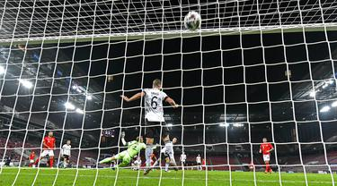 Pemain Swiss Mario Gavranovic mencetak gol ke gawang Jerman pada pertandingan UEFA Nations League di Cologne, Jerman, Selasa (13/10/2020). Pertandingan berakhir dengan skor 3-3. (AP Photo/Martin Meissner)