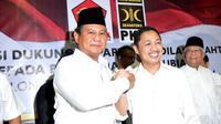 Prabowo berjabat tangan dengan Presiden PKS Anis Matta di Kantor DPP PKS, Jakarta, Sabtu (17/5/2014) (Liputan6.com/Johan Tallo)