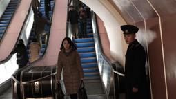 Petugas berjaga di dekat eskalator di stasiun kereta bawah tanah Kaeson di Pyongyang, Korea Utara (23/11/2019).  Stasiun Kaeson ini terletak dekat Arch of Triumph dan Kaeson Youth Park. (AP Photo/Dita Alangkara)