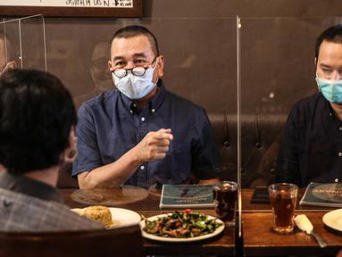 Pengunjung menikmati sajian di di The Atjeh Connection Coffee and Resto, Jakarta, Senin (8/6/2020). Tempat ini siap menerapkan protokol kesehatan untuk mendukung kebijakan pemerintah dalam menerapkan tatanan kehidupan baru atau 'new normal'. (Liputan6.com/Faizal Fanani)