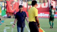 Pelatih Persebaya Surabaya, Djadjang Nurdjaman mendapat kartu kuning setelah pertandingan kontra Madura United berakhir di Stadon Gelora Madura, Pamekasan, Kamis (27/6/2019). (Bola.com/Aditya Wany)