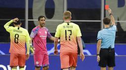 Kiper Manchester City, Claudio Bravo, mendapat kartu merah saat melawan Atalanta pada laga Liga Champions 2019 di Stadion San Siro, Rabu (6/11). Kedua tim bermain imbang 1-1. (AP/Luca Bruno)