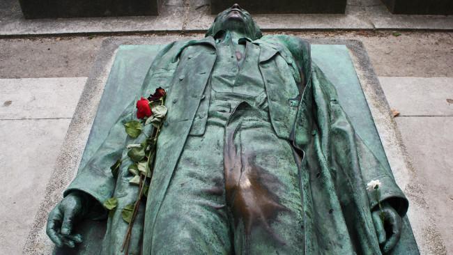 Patung Victor Noir. (Sumber Flickr)