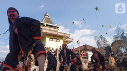 Sejumlah penari yang tergabung dalam komunitas lima gunung melakukan aksi tarian kuda lumping di Desa Mantran Wetan, Kabupaten Magelang, Jumat  (11/10/2019). Pertunjukan ini bagian dari Perayaan Saparan sebagai wujud syukur warga di desa itu. (Liputan6.com/Gholib)