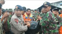Tim SAR gabungan kembali menemukan jenazah korban KM Sinar Bangun yang karam di perairan Danau Toba, Sumatera Utara. (Liputan6.com/Reza Efendi)