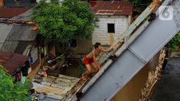Seorang anak menaiki jembatan sebelum melakukan aksi lompat di Jembatan Ciliwung Kalibata, Jakarta, Selasa (25/2/2020). Beberapa anak nekat bermain air dengan lompat dari atas jembatan Ciliwung Kalibata, Jakarta, Selasa (25/2/2020). (merdeka.com/magang/Muhammad Fayyadh)