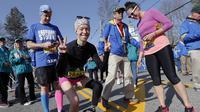 Adrianne Haslet-Davis, korban selamat dalam tragedi Bom Boston, berhasil menuntaskan lari meski sebagian kakinya telah diamputasi (AP/Michael Dwyer)