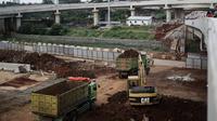 Pekerja menggunakan alat berat untuk mengerjakan pembangunan jalan Tol Depok - Antasari (Desari) di kawasan Cilandak, Jakarta, Kamis (19/4). Jalan tol Desari merupakan jalan tol penghubung Kota Jakarta Selatan dan Kota Depok. (Liputan6.com/Faizal Fanani)