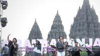 Trio Rida Sita Dewi (RSD) saat tampil di atas panggung Prambanan Jazz Festival 2019 di Pelataran Candi Prambanan, Yogyakarta, Sabtu (6/7/2019). Trio RSD tampil memukau membawakan delapan lagu andalan dari empat album sejak 1994. (Fimela.com/Bambang E.Ros)