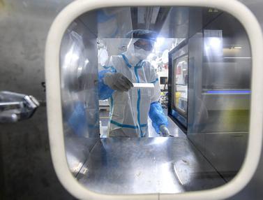 Mengintip Kesibukan Teknisi Laboraturium Pengujian COVID-19 di Wuhan