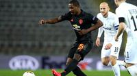 Striker Manchester United (MU), Odion Ighalo melewati kepungan dua pemain LASK Linz di laga Liga Europa. (Doc Man United)