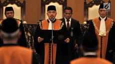 Ketua Mahkamah Agung M Hatta Ali (tengah) melantik Abdul Manaf dan Pri Pambudi sebagai Hakim Agung di Gedung Mahkamah Agung, Jakarta, Rabu (15/8). Abdul Manaf sebelumnya menjabat Wakil Ketua Pengadilan Tinggi Agama Surabaya. (Merdeka.com/Iqbal Nugroho)