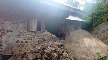 Tanah Longsor di Kota Gorontalo yang menimpa salah satu rumah Warga (Arfandi Ibrahim/Liputan6.com)