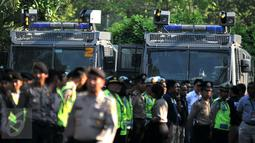 Kendaraan taktis disiagakan pada apel persiapan pengamanan KLB PSSI di dalam kawasan Ancol, Jakarta, Rabu (3/8). 834 personel gabungan dari Polda Metro Jaya dan Polres Metro Jakut melakukan apel pagi jelang KLB PSSI. (Liputan6.com/Gempur M Surya)