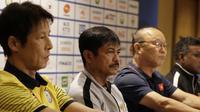 Pelatih Timnas Indonesia U-22, Indra Sjafri, bersama pelatih dari Grup B lainnya saat jumpa pers di Hotel Century Park, Manila, Minggu (24/11). Cabang sepak bola SEA Games 2019 akan mulai bertanding Senin (25/11). (Bola.com/M Iqbal Ichsan)
