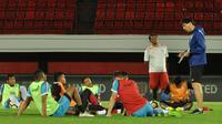 Pelatih Arema, Milan Petrovic, memberikan arahan kepada pemain. (Bola.com/Iwan Setiawan)
