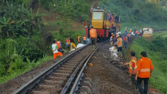 Jalur Kereta Api (KA) Jawa Barat (Jabar) Selatan Longsor. (Liputan6.com/ Jayadi Supriadin)#source%3Dgooglier%2Ecom#https%3A%2F%2Fgooglier%2Ecom%2Fpage%2F%2F10000