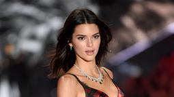 Model Kendall Jenner berpose di atas catwalk selama Victoria's Secret Fashion Show 2018 di Pier 94 di New York, AS (8/11). (AP Photo/Evan Agostini)