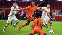 Bek Belanda, Virgil van Dijk, berebut bola dengan pemain Polandia pada laga UEFA Nations League di Stadion Johan Cruijff Arena, Amsterdam, Sabtu (5/9/2020) dini hari WIB. Belandang menang 1-0 atas Polandia. (AFP/John Thys)