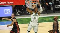 Bintang Milwaukee Bucks, Giannis Antetokounmpo lakukan dunk saat bertemu Miami Heat, Selasa (25/05/2021) pagi WIB. (QUINN HARRIS / GETTY IMAGES NORTH AMERICA / GETTY IMAGES VIA AFP)