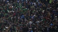 Suporter Persebaya, Bonek, mendukung klub kesayangannya saat melawan PSMS pada laga final di Stadion GBLA, Bandung, Selasa (28/11/2017). Persebaya menang 3-2 atas PSMS. (Bola.com/Vitalis Yogi Trisna)