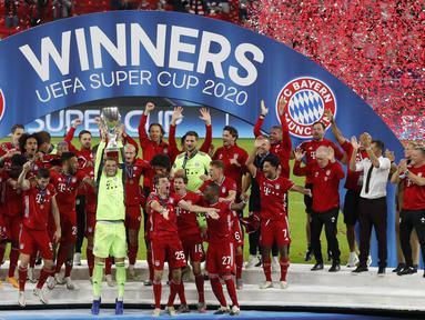 Pemain Bayern Munchen mengangkat trofi gelar juara Piala Super Eropa 2020 usai mengalahkan Sevilla di Puskas Arena, Budapest, Jumat (25/9/2020) dini hari WIB. Bayern Munchen menang 2-1 atas Sevilla. (AFP/Bernadett Szabo/pool)