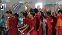 Pemain Timnas Indonesia U-16 menyapa suporter usai mengalahkan Kepulauan Mariana Utara U-16 pada laga kualifikasi Piala AFC U-16 2020 Grup G di Stadion Madya Gelora Bung Karno, Jakarta, Rabu (18/9/2019). Indonesia U-16 unggul 15-1. (Liputan6.com/Helmi Fithriansyah)