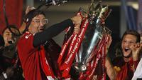 Pelatih Liverpool, Jurgen Klopp, mengangkat trofi juara Premier league 2019-2020 di Stadion Anfield, Kamis (23/7/2020) dini hari WIB. Prosesi angkat trofi juara ini dilakukan usai pertandingan Liverpool melawan Chelsea. (AFP/Phil Noble/pool)