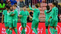 Pemain Real Madrid rayakan gol yang diciptakan Isco ke gawang Valencia (GIUSEPPE CACACE / AFP)