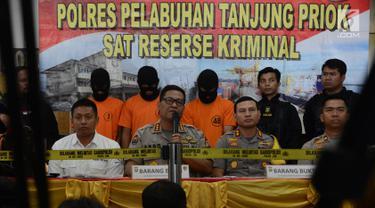 Kabid Humas Polda Metro Jaya Kombes Pol Argo Yuwono (kedua kiri) memberi keterangan kepada awak media saat mengelar perkara kasus kebakaran kapal motor tradisional di Pelabuhan Muara Baru, Jakarta, Sabtu (2/3). (Merdeka.com/Imam Buhori)