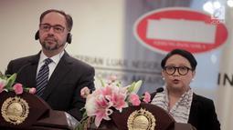 Menlu Retno Marsudi (kanan) bersama Menlu Afghanistan Salahuddin Rabbani memberi keterangan usai pertemuan di Kantor Kemenlu, Jakarta, Jumat (15/3). Pertemuan membahas dukungan Indonesia atas proses perdamaian di Afghanistan. (Liputan6.com/Faizal Fanani)