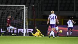 Striker Fiorentina, Franck Ribery (kanan) melepaskan tendangan ke gawang Torino yang membuahkan gol bagi timnya dalam laga lanjutan Liga Italia 2020/21 pekan ke-20 di Olympico Grande Stadium, Jumat (29/1/2021). Fiorentina bermain imbang 1-1 dengan Torino. (LaPresse via AP/Fabio Ferrari)