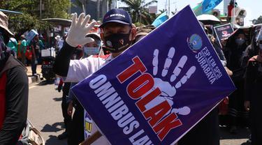 Ribuan Buruh Geruduk Gedung DPR Tolak Omnibus Law