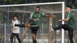 Pemain Timnas Indonesia U-22, Marinus Wanewar, melakukan pemanasan saat latihan di Lapangan ABC Senayan, Jakarta, Senin (7/1). Latihan ini merupakan persiapan jelang Piala AFF U-22. (Bola.com/Vitalis Yogi Trisna)