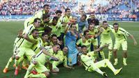 Para pemain Barcelona merayakan kemenangan atas Atletico Madrid sekaligus meraih gelar La Liga Spanyol di Vicente Calderon (REUTER/Juan Medina)