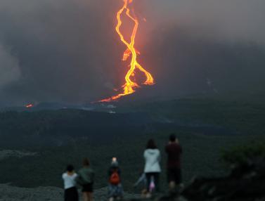 Guguran Lava Pijar Gunung Api Jadi Tontonan Warga di Prancis