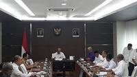 Menko PMK Muhadjir Effendy memimpin rapat mengenai revisi cuti bersama, Senin (9/3/2020). (Merdeka.com/ Ronald)
