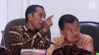 Presiden Joko Widodo (kiri) berbincang dengan Wapres Jusuf Kalla saat memimpin rapat terbatas di Kantor Presiden, Jakarta, Senin (29/4/2019). Rencana pemindahan ibu kota dilakukan demi mengurangi tingkat kepadatangan yang sudah membludak di Jakarta. (Liputan6.com/HO/Radi)